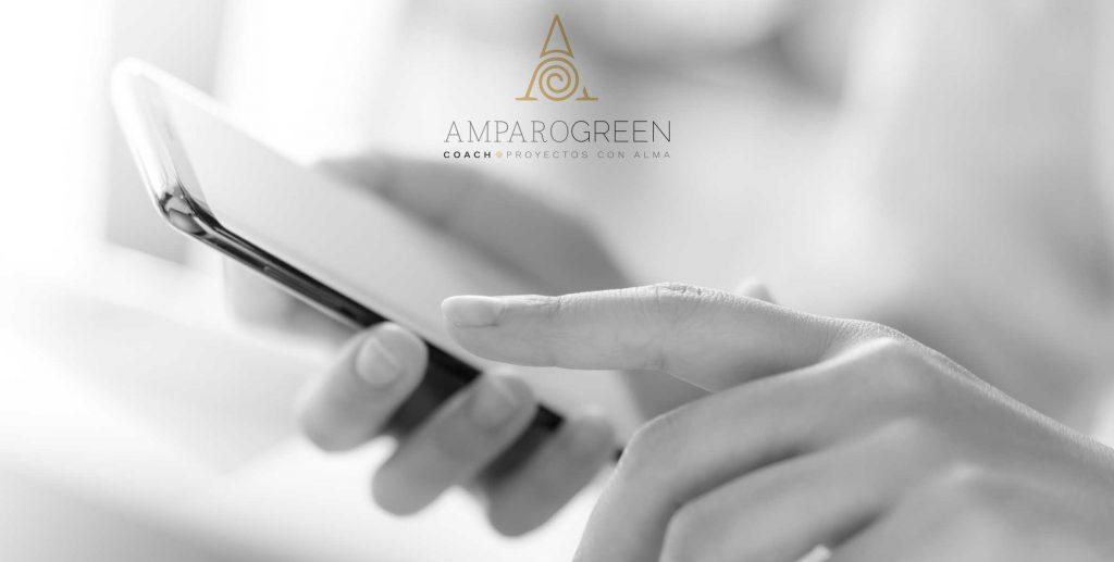 Imagen de mano llamando para concertar una sesión con Amparo Green, coach experta en motivación y gestión emocional